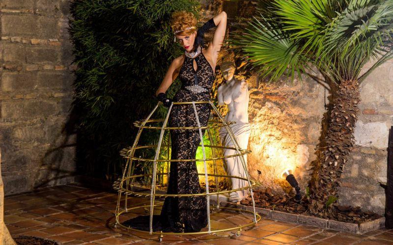 mujer con traje para copas de champagne