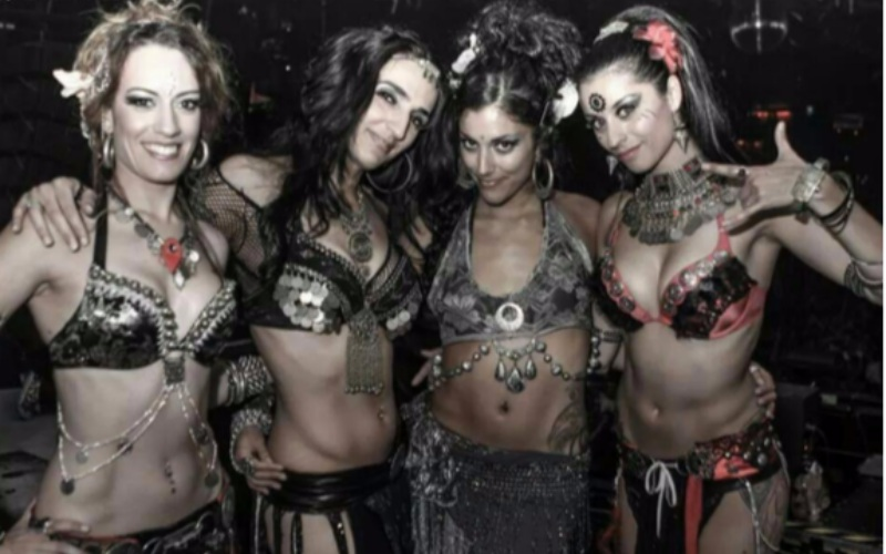 cuatro chicas performance arabe posando