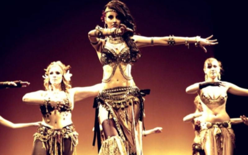 performance chicas bailando danza arabe