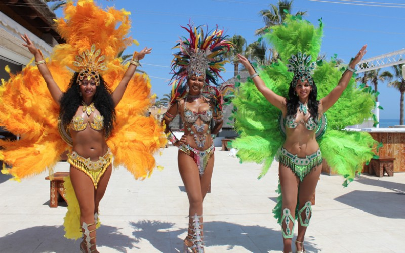 chicas brasileñas con disfraces con plumas