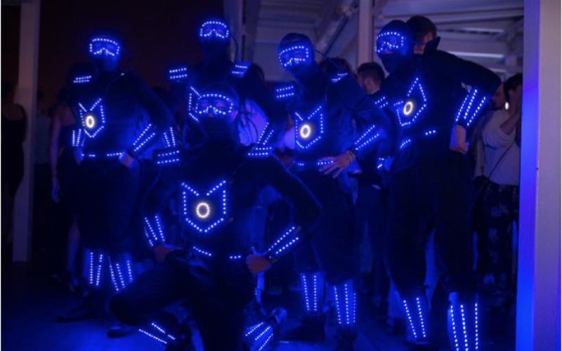 bailarines con trajes led