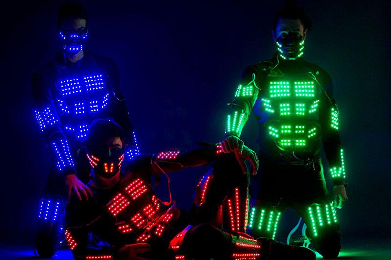 3 performance con trajes led posando