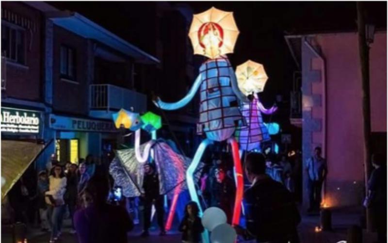 marionetas gigantes con paraguas en la cabez