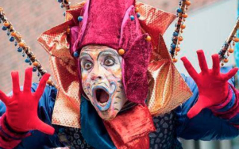 performance con cara pintada y guantes rojos