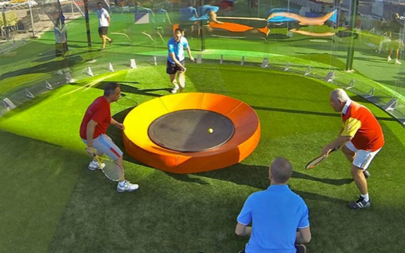 jugadores con raquetas y soporte para rebotar la bola