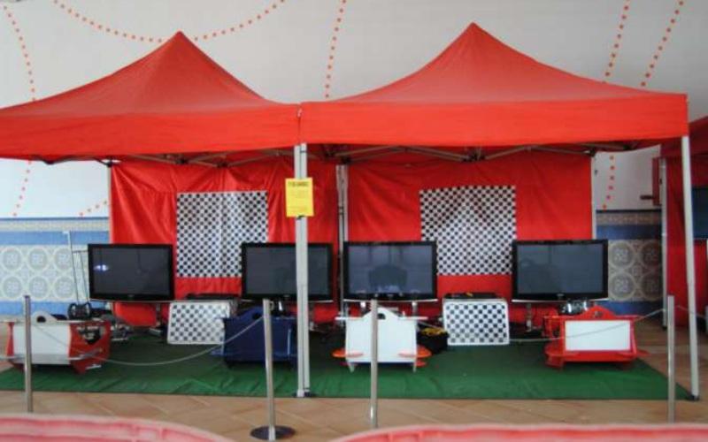 4 simuladores de coche con carpas rojas