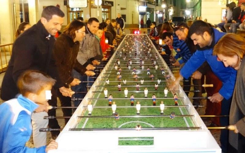 personas jugando a el futbolín
