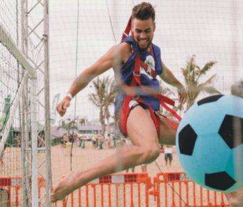 jugador de futbol aereo