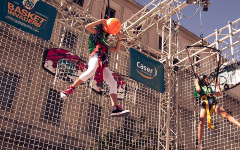 chica jugando a basket jump