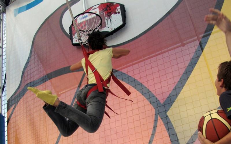chica saltando a cantasta de basket jump