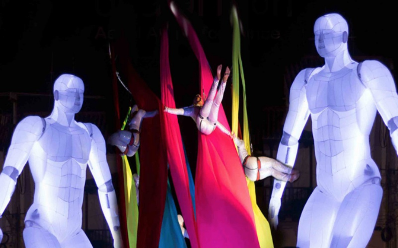 marionetas gigantes con acrobatas
