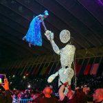 marioneta saluda acrobata