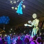 marioneta gigante y chica acrobata