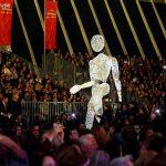 marioneta gigante por el público