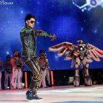 performance robot en el escenario y robot con alas