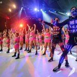 equipo de bailarines en el escenario
