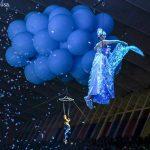 acrobatas con globos de elio