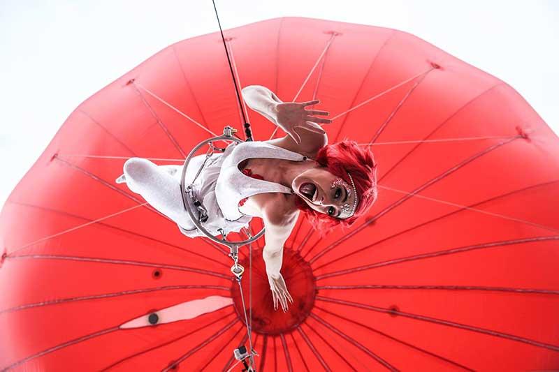 acrobata en globo rojo