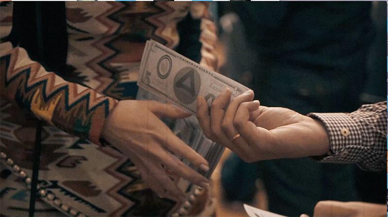 manos cogiendo billetes