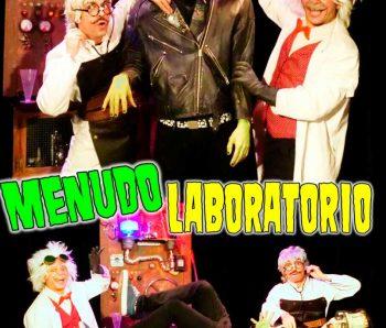 científicos con Einstein en laboratorio