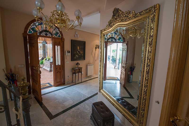 entrada de casa con espejo