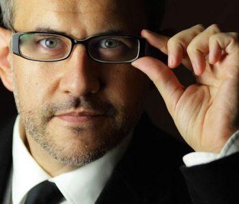 hombre con gafas