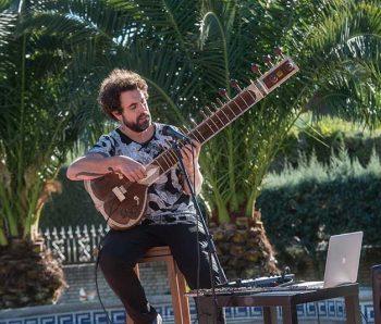 tocando una guitarra muy especial