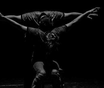 dos bailarines en blanco y negro