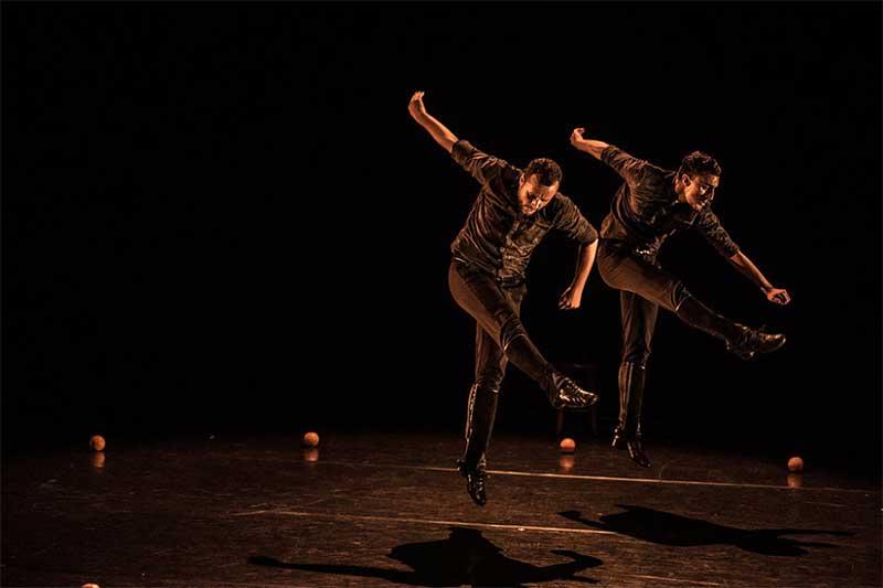 dos bailarines en sincro