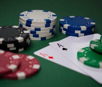 fichas y cartas de poker