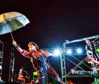 la noche con paraguas