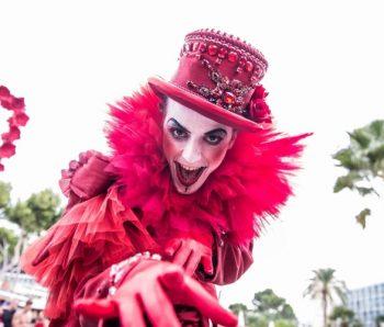 hombre performance de rojo