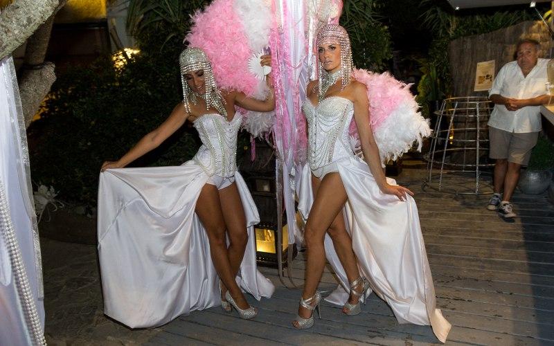 performance con plumas rosas