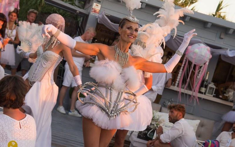 Performance con plumas blancas