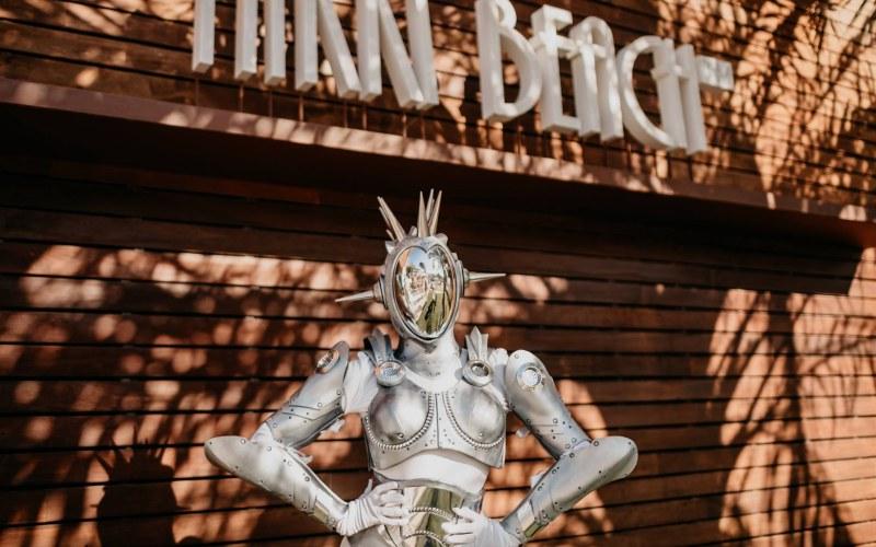 performance futurista NIkki Beach