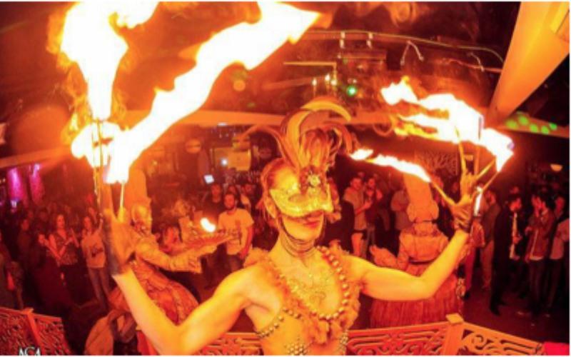 performance con fuego en las uñas