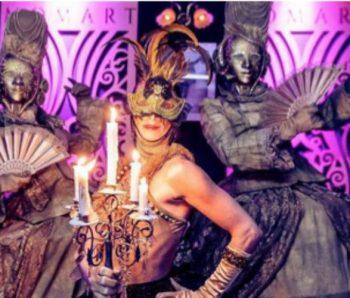 performances con velas y mascaras venecianas