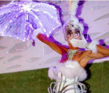 performance de blanco con paraguas iluminado