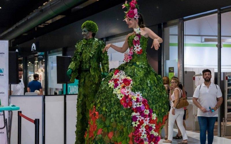 dos performance en zancos de verde