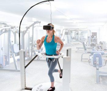 chica caminando en plataforma virtual