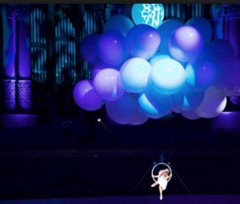acrobata en globos azules