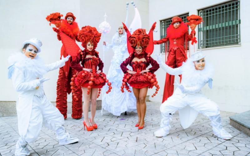 grupo de performance pasacalles rojo y blanco