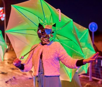 performance cara de gato y paraguas luminado