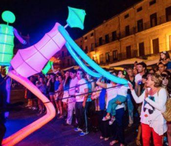 marionetas gigantes con publico de noche