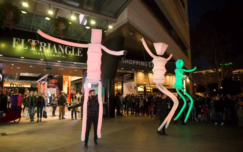 marionetas gigantes danzando