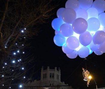 acrobata aerea en globos