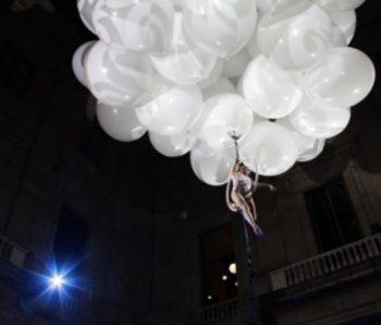 espectáculo aereo con globos blancos