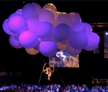 performance en espectáculo aereo con globos