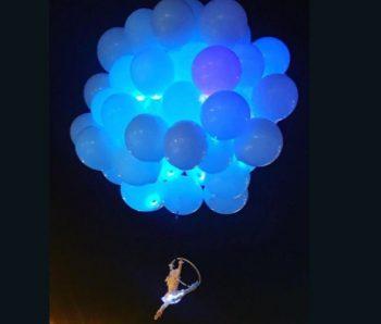 performance en globos azules