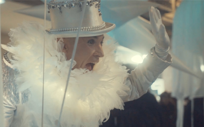 performance de blanco con gorro